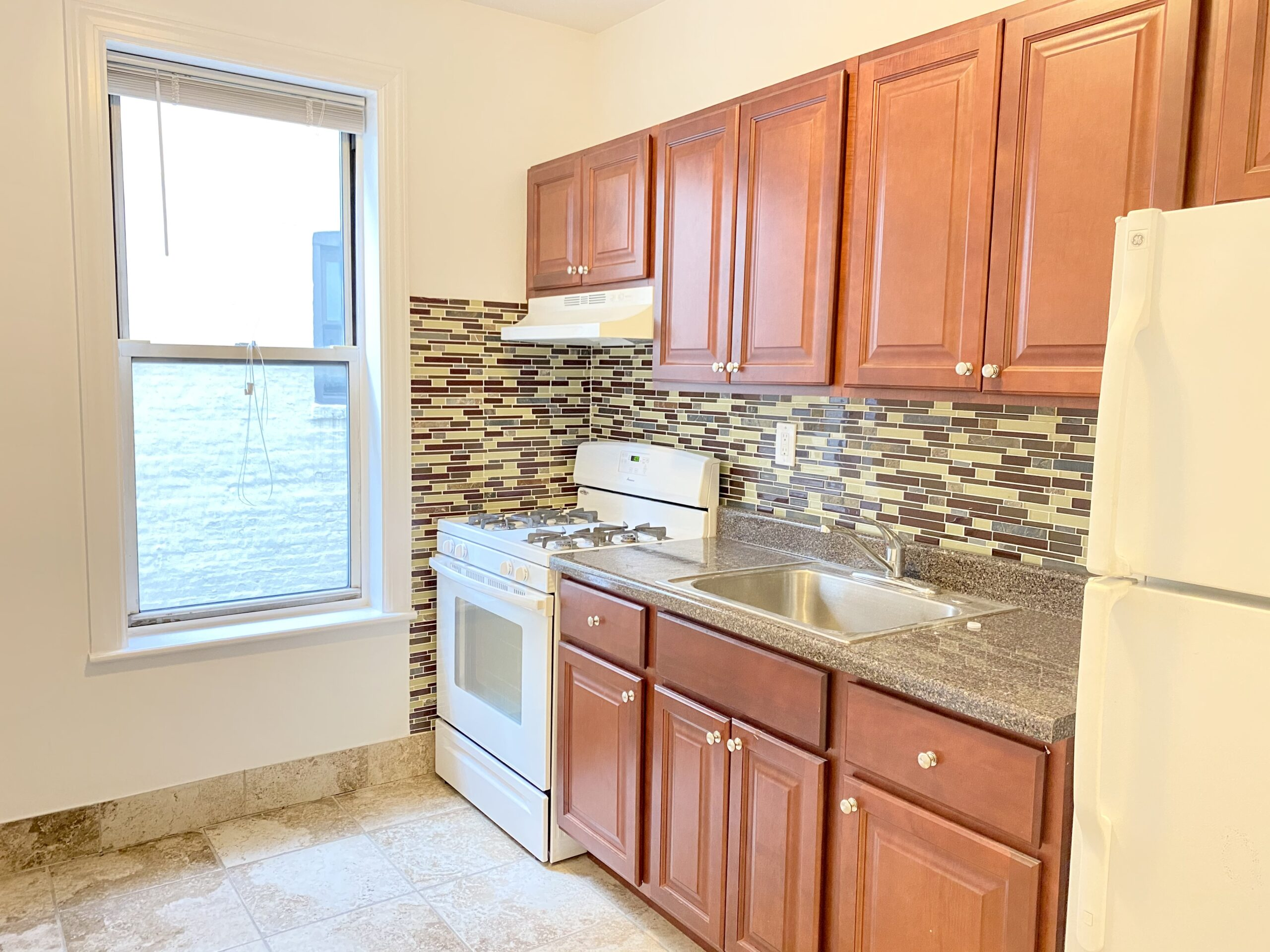 NO FEE – Extra Large 1 Bedroom Apartment
